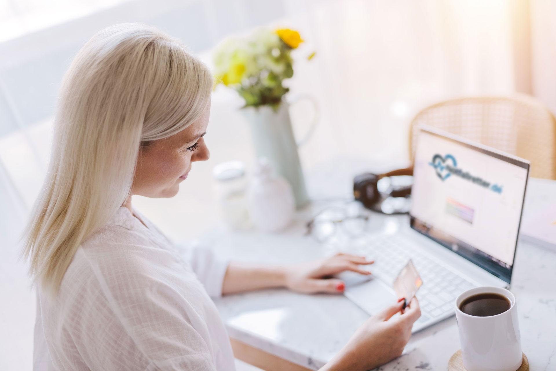 Frau bezahlt im Notfallretter.de Online Shop